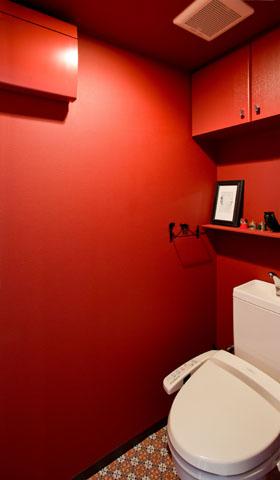 真っ赤なトイレ!