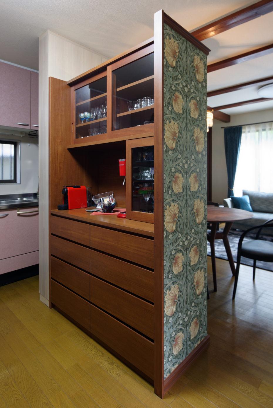 キッチンから見た造作の食器棚。裏には壁紙が張られています。