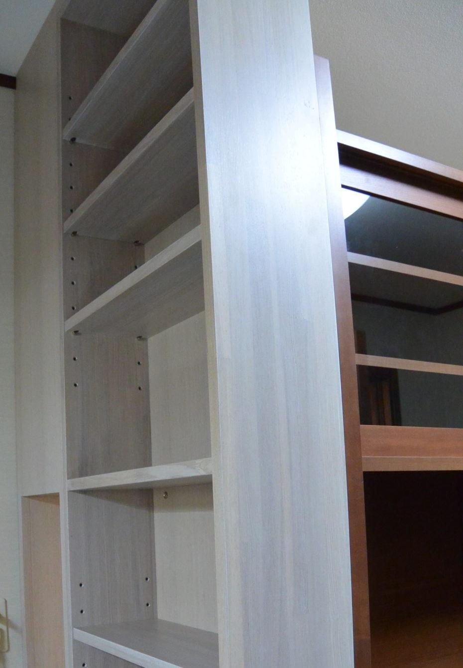 天井まであるパントリー。右手に固定された食器棚が倒壊しないよう支えてくれています。