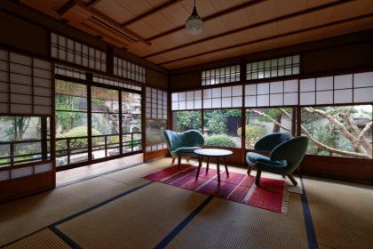 パノラマの日本庭園を楽しめる和室にフィン・ユールの家具をセレクト