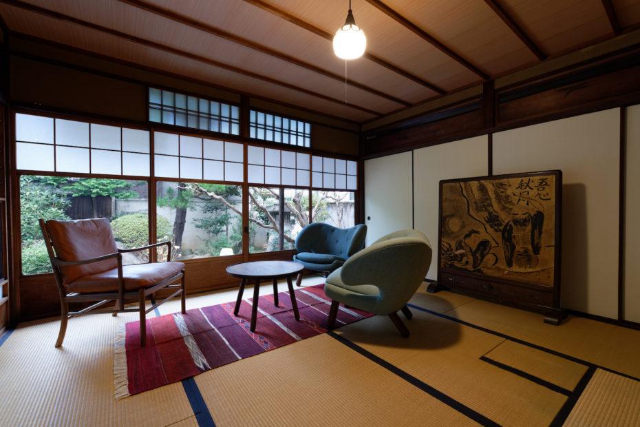 畳、フィン・ユールの家具とテーブル、コロニアルチェアをつなげてくれるキリムのラグ